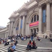 9/27/2012 tarihinde Алина Я.ziyaretçi tarafından Metropolitan Museum Steps'de çekilen fotoğraf