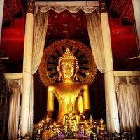 Foto tirada no(a) Wat Phra Singh Waramahavihan por Krist T. em 8/17/2013