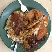 Photo taken at Restoran Nasi Kandar Deen by Awi A. on 1/18/2013