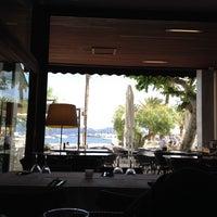 Foto tomada en L'illa Cafe & Bistro por Anela G. el 5/26/2014