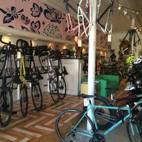Foto tirada no(a) Transit Bicycle Co. por Winnie G. em 2/14/2015