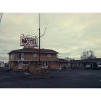 Photo taken at Lakehead Motel by Ian L. on 11/14/2013