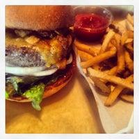Снимок сделан в Hopdoddy Burger Bar пользователем Rochelle P. 5/15/2013