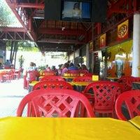 Foto tirada no(a) Praça de Alimentação do Dom Pedro por Alessandra C. em 4/6/2013