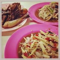 Photo taken at ไก่ย่างท่าช้าง ตลาดอุดมสุข by Ace Thanaboon S. on 9/29/2013