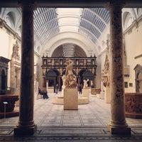 Das Foto wurde bei Victoria and Albert Museum (V&A) von Stanny S. am 5/2/2013 aufgenommen