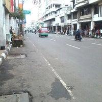 Photo taken at Jalan Otto Iskandardinata by Vabrieck B. on 1/22/2014