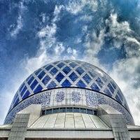 Photo taken at Masjid Sultan Salahuddin Abdul Aziz Shah by Hafiz I. on 12/28/2012
