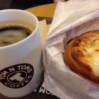 10/19/2013 tarihinde Sue L.ziyaretçi tarafından TOM N TOMS COFFEE'de çekilen fotoğraf