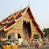 Foto tirada no(a) Wat Phra Singh Waramahavihan por Verawong T. em 4/14/2013
