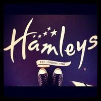 Das Foto wurde bei Hamleys von Massimiliano P. am 10/6/2012 aufgenommen