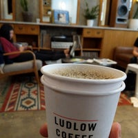 Foto scattata a Ludlow Coffee Supply da Alvin il 4/21/2018