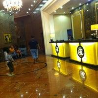 Photo taken at The Elizabeth Hotel Singapore by Tyuk Egan on 4/6/2013