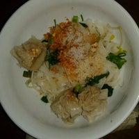 Photo taken at Sen Lek Thai Noodle by Beryl S. on 12/10/2012