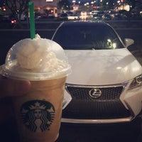 Foto tirada no(a) Starbucks por Lynhdan N. em 3/23/2016
