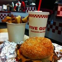 Foto scattata a Five Guys da Sabreen K. il 9/19/2012
