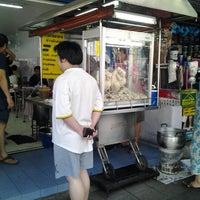 Das Foto wurde bei ข้าวมันไก่ สาธุประดิษฐ์ 25 von Wat S. am 7/7/2012 aufgenommen