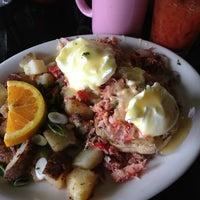 Foto tomada en Bridges Cafe & Catering por Jane P. el 8/11/2013