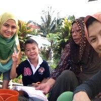 Photo taken at Tanah Perkuburan Dato Keramat (تانه ڤرقبورن داتوء كرامات) by Mimiratna on 3/31/2013