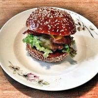 Photo prise au Dish – Fine Burger Bistro par Hořkosladká.cz le12/8/2012