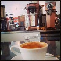 7/20/2013 tarihinde Alec B.ziyaretçi tarafından Intelligentsia Coffee Bar'de çekilen fotoğraf