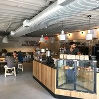 Foto tomada en East One Coffee Roasters por Ronak D. el 7/16/2017
