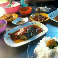 Photo taken at Ikan Bakar Mama Resepi by Gmie D. on 10/6/2013