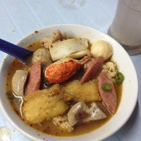 Photo taken at Raja Uda Famous Kwang Hwa Tom Yam Noodle by Ong E. on 9/24/2012