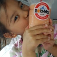 Photo taken at Robeks Fresh Juices & Smoothies by Ada G. on 7/15/2014