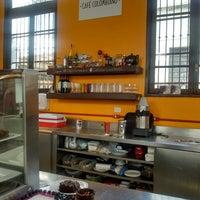 Foto diambil di Café Colombiano oleh Charles R. pada 8/7/2017