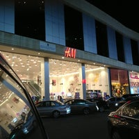 Photo taken at H&M | اتش اند ام by Rommel G. L. on 4/10/2013