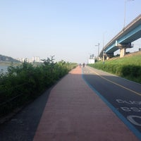 Photo taken at 동호대교 한강로 (Dongho Bridge, Hangang-ro) by gitstash on 5/1/2014