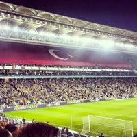 Das Foto wurde bei Ülker Stadyumu Fenerbahçe Şükrü Saracoğlu Spor Kompleksi von Özgür Ö. am 11/10/2013 aufgenommen