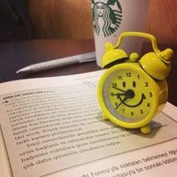 2/27/2013 tarihinde Ömer E.ziyaretçi tarafından Starbucks'de çekilen fotoğraf
