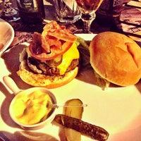 Foto tirada no(a) Bendito Burger por Laura D. em 3/31/2014