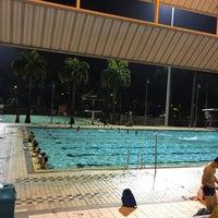 Foto tirada no(a) Clementi Swimming Complex por Vincent F. em 1/22/2015