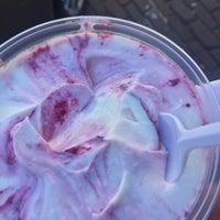 Foto tomada en Ellenos Real Greek Yogurt por Ali N. el 6/24/2017