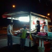 Photo taken at Hun Sai's Fish Head Noodle 鱼头米粉 by Joseph T. on 11/3/2012