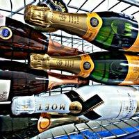 Foto tirada no(a) DLP Vinhos e Destilados por Thiago F. em 2/26/2014
