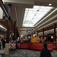 Photo prise au Great Lakes Mall par Lucinda D. le10/27/2012