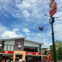 Photo taken at Jollibee by Nelson J. on 8/5/2013