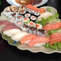 Foto tirada no(a) Yukusue Sushi por Carlos S. em 4/23/2013