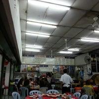 Photo taken at 生虾皇海鲜饭店 by Eric L. on 3/16/2014