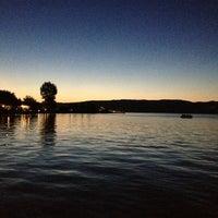 Das Foto wurde bei Sapanca Sahili von Gôzde ツ ♕ am 6/22/2013 aufgenommen