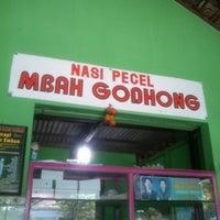 Photo taken at nasi pecel mbah godhong by Shomad C. on 9/23/2012
