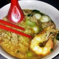 Photo taken at Hun Sai's Fish Head Noodle 鱼头米粉 by Jeffrey Lai on 2/22/2013