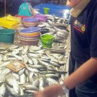 Photo taken at Pasar Malam Pekan Kg. Gajah by ♚ dilla ♚ on 12/7/2012