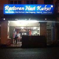 Photo taken at Restoran Nasi Kukus by Muizzudin Monaz A. on 2/14/2013