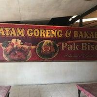 Photo taken at Ayam Goreng Pak Biso by Benk S. on 12/7/2017