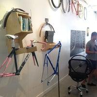Foto scattata a Bici Showroom & Cyclery da Tito B. il 8/31/2013